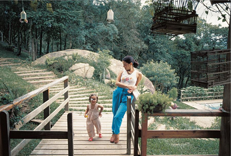 Aos 3 anos, com Elis Regina, na casa onde viviam na serra da Cantareira (SP)