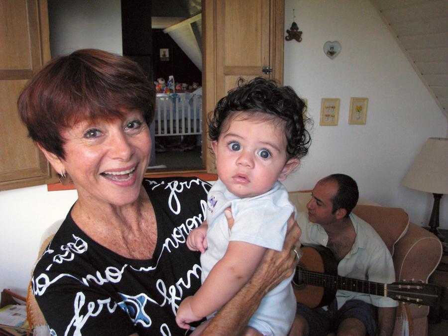 Com o neto, Artur, filho de Diego e fundo de tela do iPhone de Julita