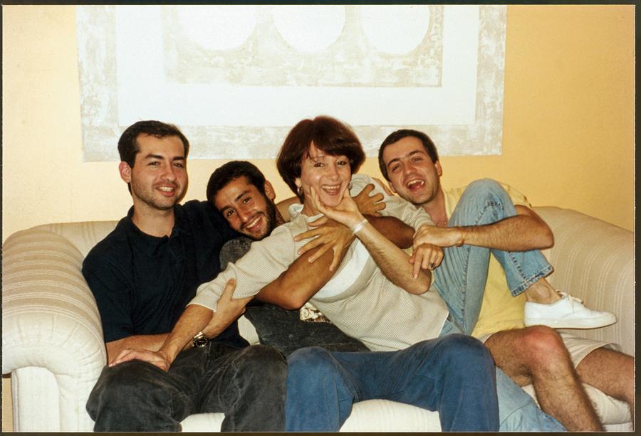 Entre os filhos, Diego, Tiago e Rodrigo, no Natal de 2002