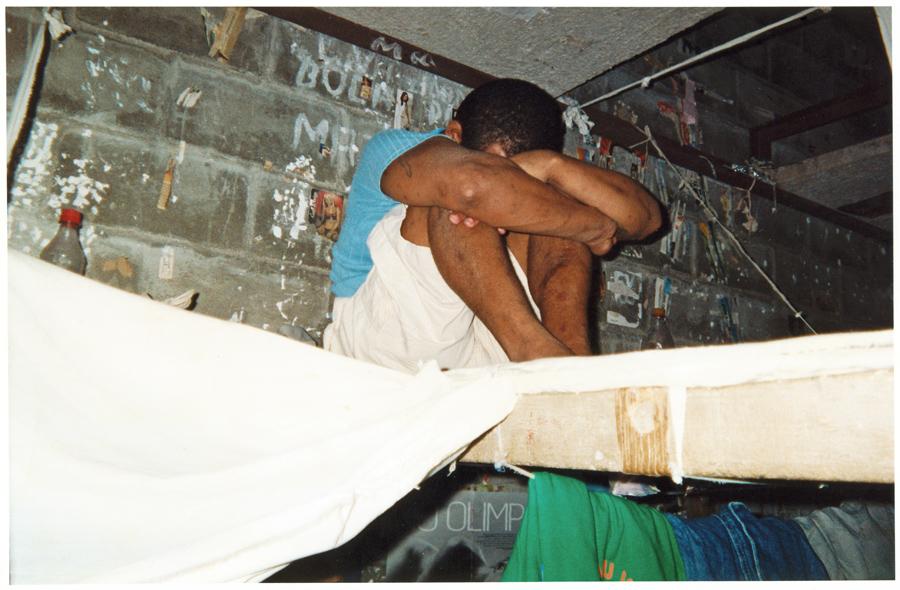 Imagens de celas, clicadas por presidiários com câmeras descartáveis, para um concurso de fotos organizado por Julita, em 2004
