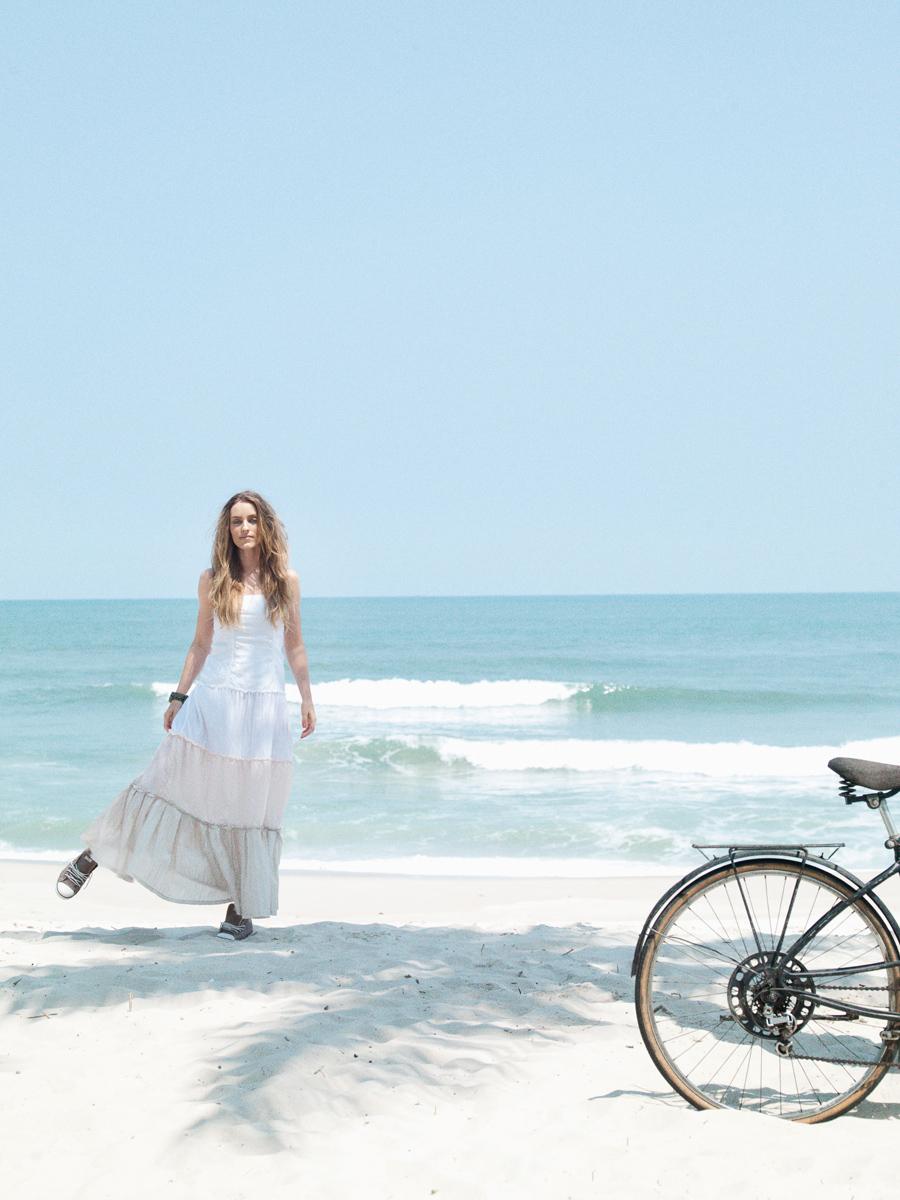 Vestido Sombra e Água Fresca para Eve Roumilhac R$ 183, relógio ODM R$ 396, tênis Converse para Tua R$ 168