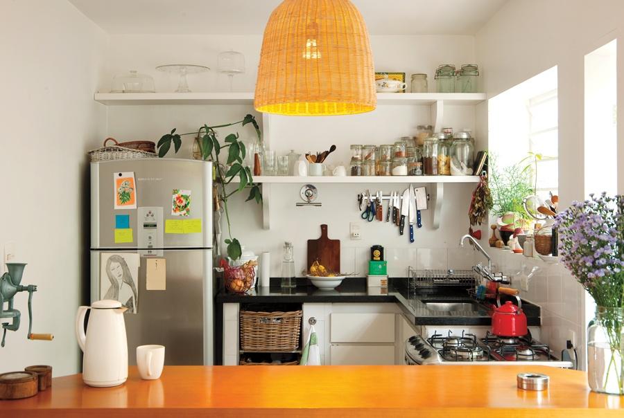 Toque da chef: As prateleiras foram desenhadas pela chef, que gosta de ver tudo o que tem na sua cozinha. Os potes de vidro foram comprados na rua Paula Souza, e o moedor de cereais na parede é da  M. Dragonetti
