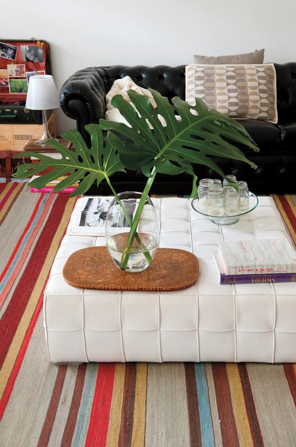 """Contraste: O tapete da by Kamy traz cor para os móveis da sala de estar, que foram """"doados pela família"""""""