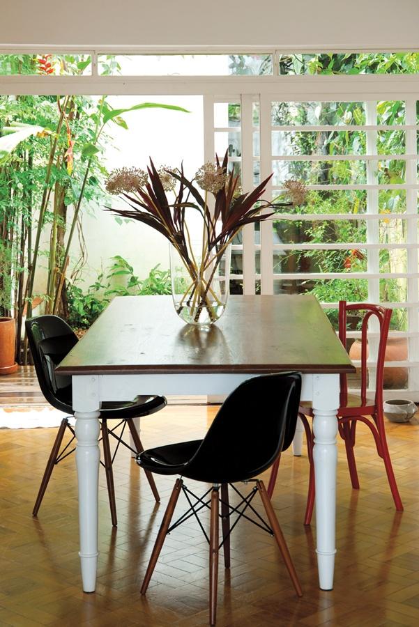 Mesa posta: As cadeiras da sala de jantar são da Desmobilia, e a mesa, da Cecilia Dale