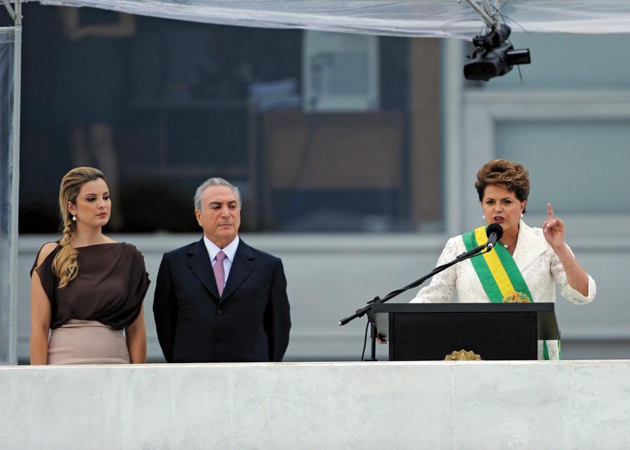 Marcela no tão comentado vestido, ao lado do marido, Michel Temer, e da presidente Dilma Rousseff, no dia da posse
