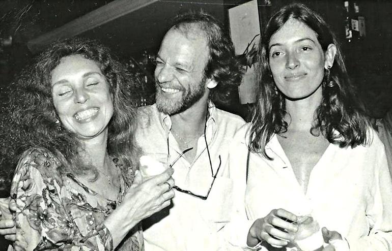 Maria Lucia ao lado de Chico (dono do restaurante Guimas) e a filha, Joana Medeiros, nos anos 80