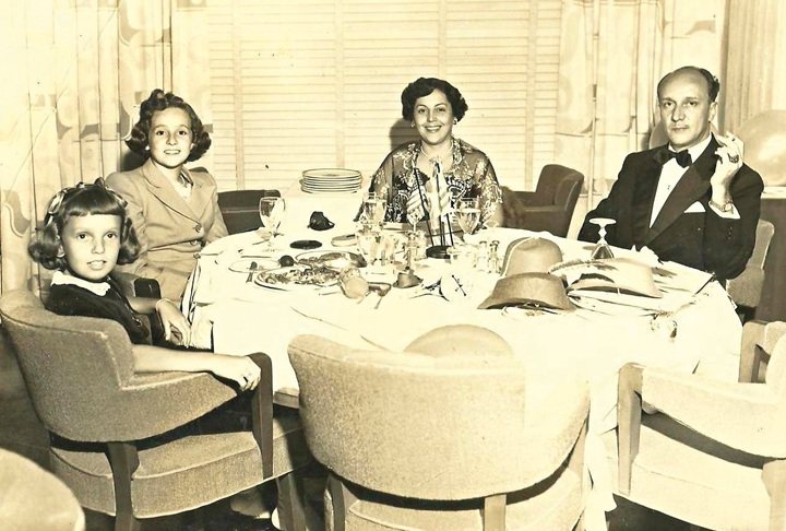 Família reunida no navio Andes, rumo  à Europa, no fim  dos anos 50: da esq. para a dir., Maria Lucia, a irmã, Marilia, e seus pais