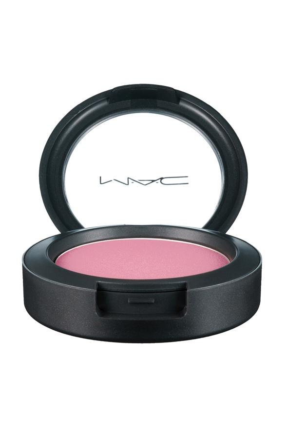 """Uma corzinha: """"Não gosto de exagerar muito na maquiagem, por isso escolho um blush rosinha, que combina com o meu tom de pele. Uso o Sheertone, da M.A.C"""""""