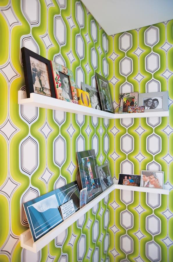 Pelas paredes: No corredor, ela fez uma galeria com os trabalhos dos amigos artistas e colocou um papel de parede do site alemão www.wallpaperfromthe70s.com