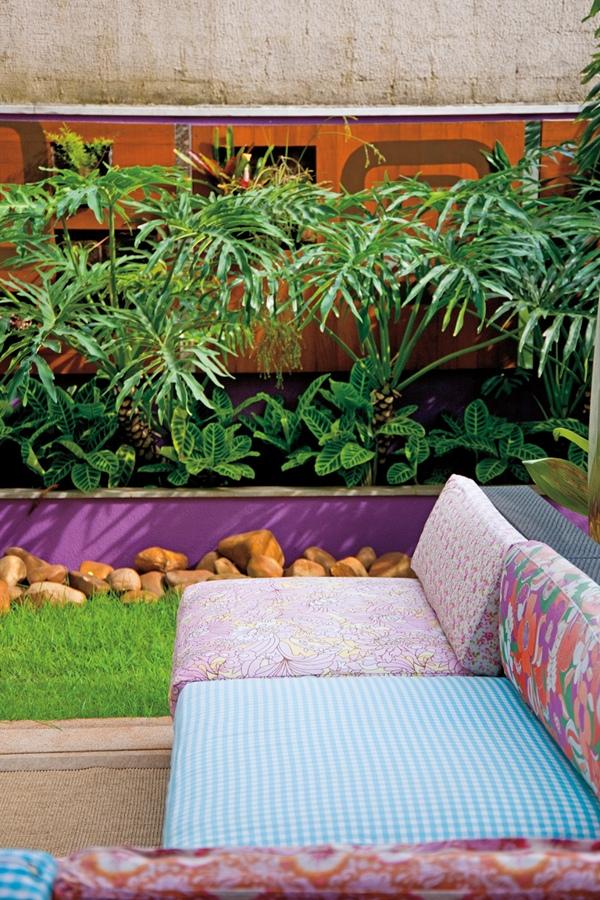 De cada canto: Os tecidos das almofadas foram trazidos dos EUA e da loja Villanova Tecidos. O sofá é do Espaço Til