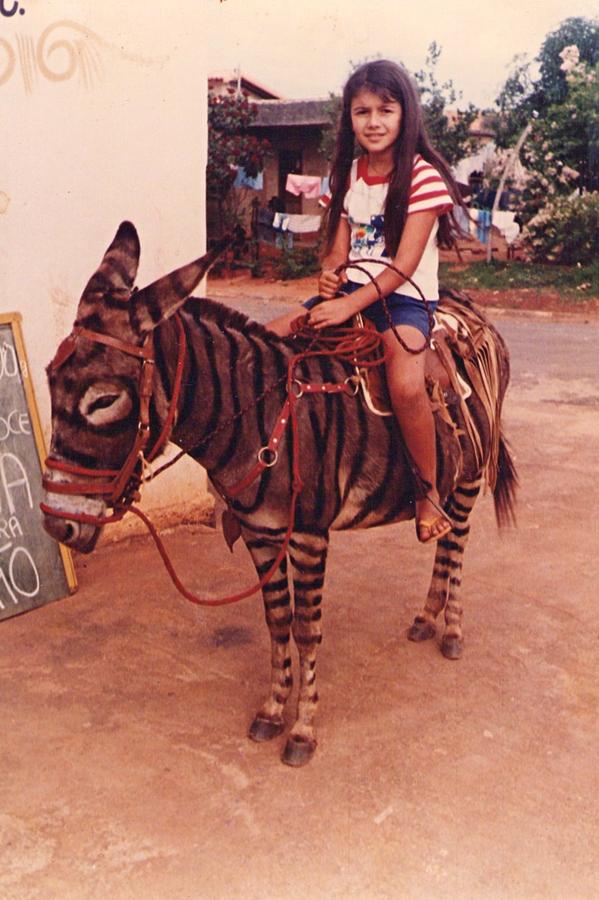 Aos 5 anos, sobre um burro pintado de zebra, em Serra do Cipó (MG). Mas seu animal preferido é cavalo