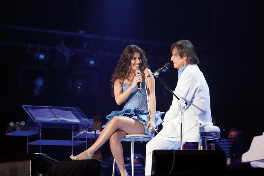 Apresentada ao grande público no especial de Natal da Globo, ao lado do Rei, Roberto Carlos, em 2010
