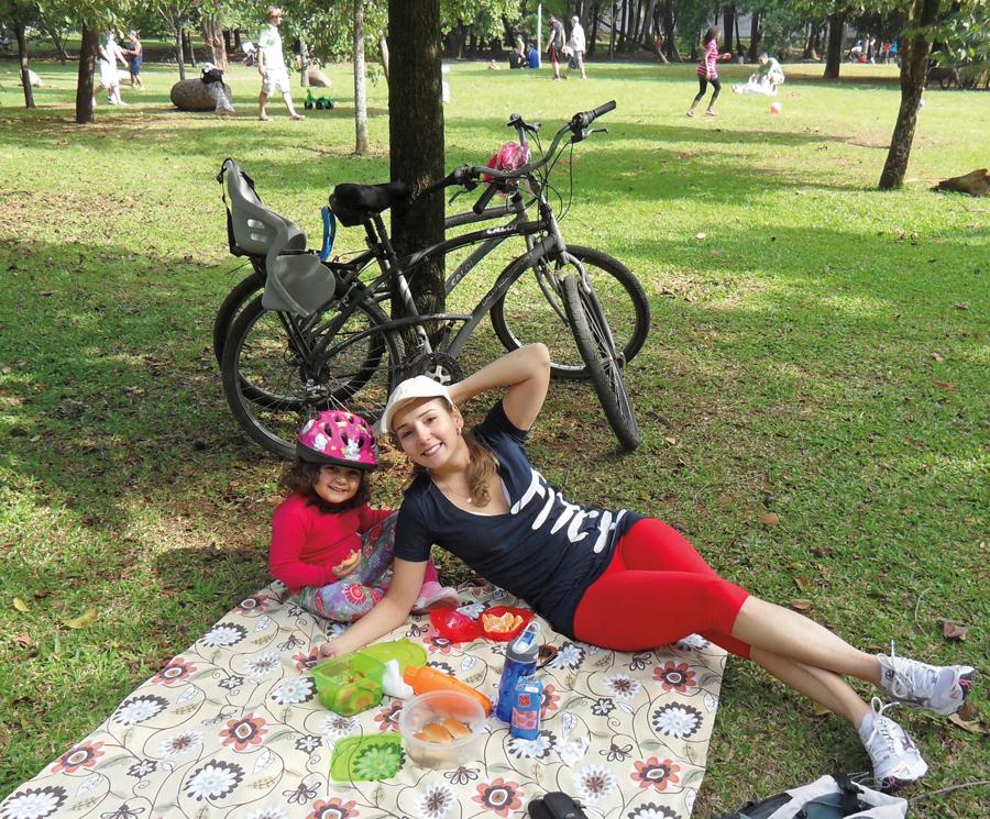 """Maristela Lobo, 31 anos, cirurgiã-dentista: """"Fui de bicicleta fazer um piquenique com minha filha no parque do Ibirapuera. Nunca tinha feito, foi muito legal."""""""