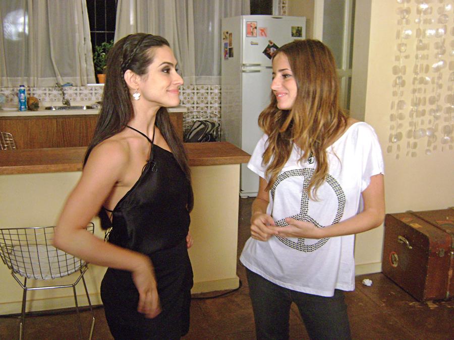 Em cena do programa 'Bastidores', entrevistando Cleo Pires