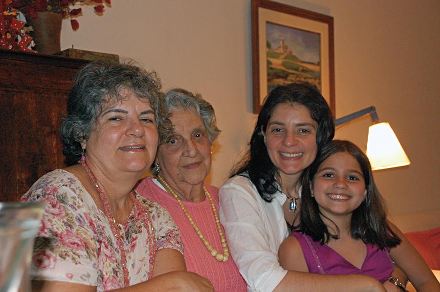 Da esq. para a dir., a mãe, Selene, a avó Stella e a filha, Luiza