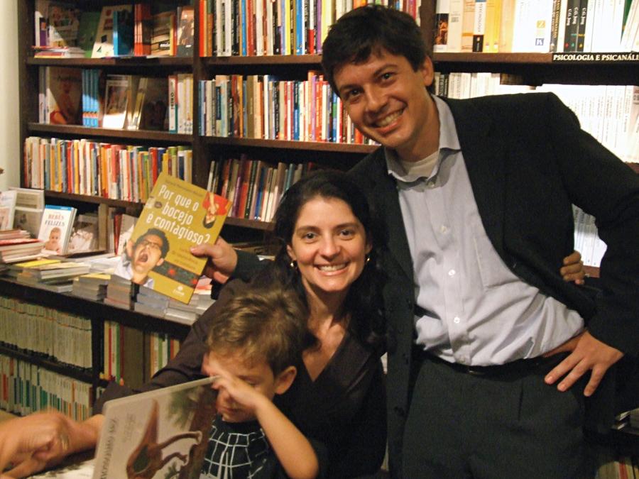 Em 2007, com Bernardo, colega de faculdade no lançamento do livro Por Que o Bocejo É Contagioso?, no Rio de Janeiro