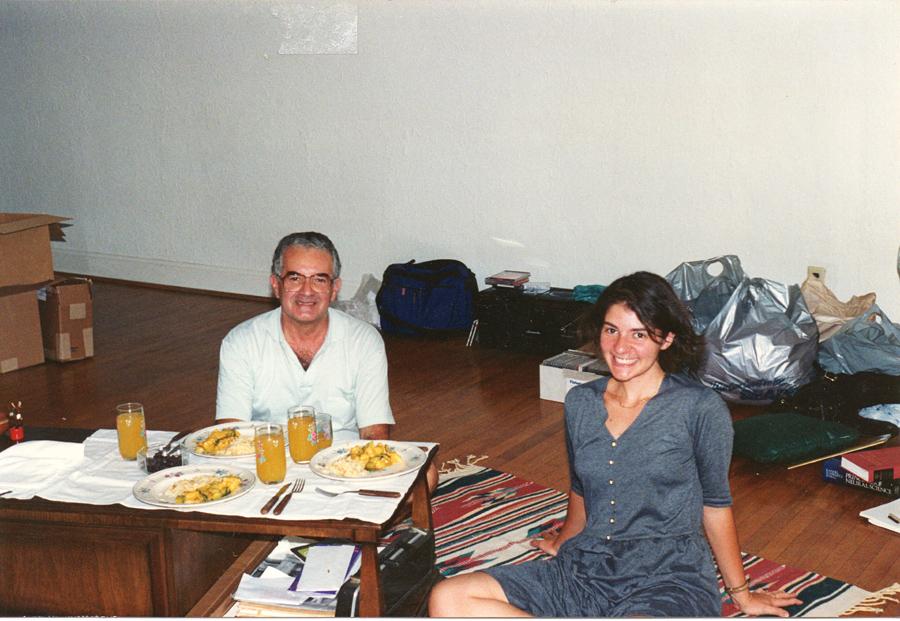 No mesmo ano, em visita do pai, durante uma das nove mudanças de apartamento