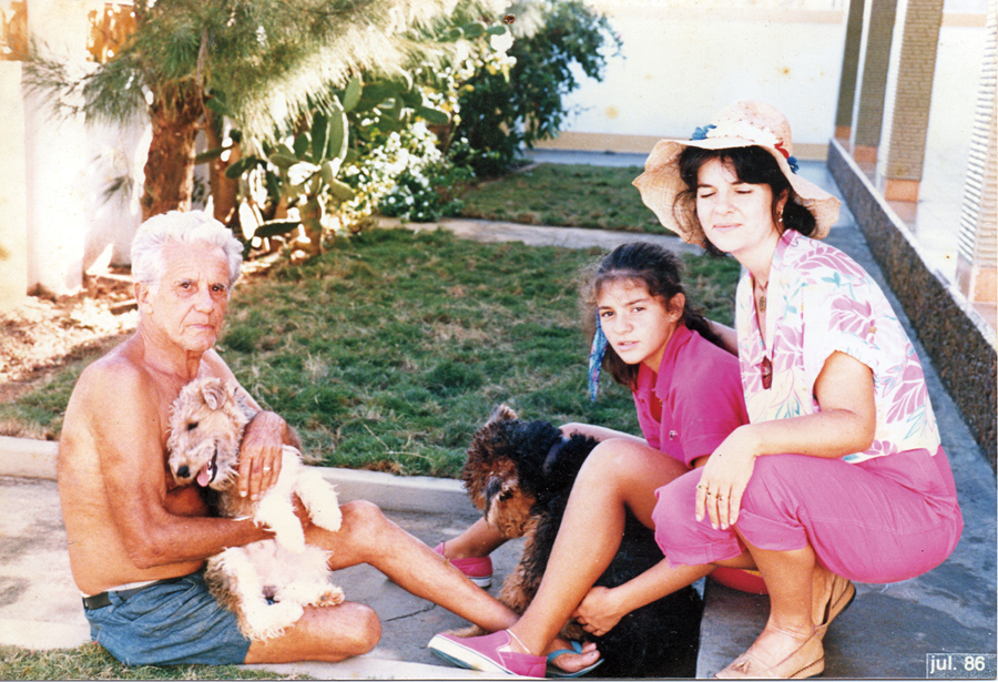 Aos 12 anos, com a mãe e o avô, em Saquarema (RJ), onde a família ainda tem casa