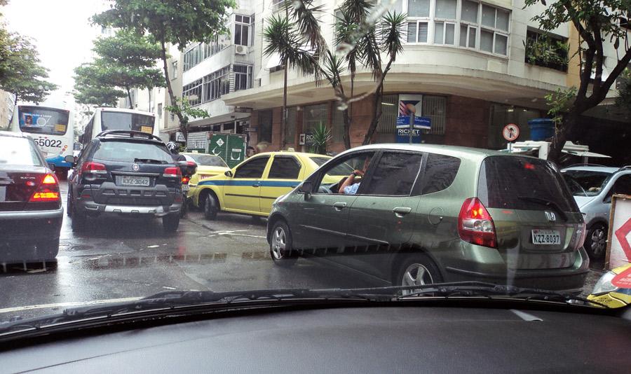 """16:00 """"O trânsito no Rio é terrível, preciso ter tudo no carro"""""""