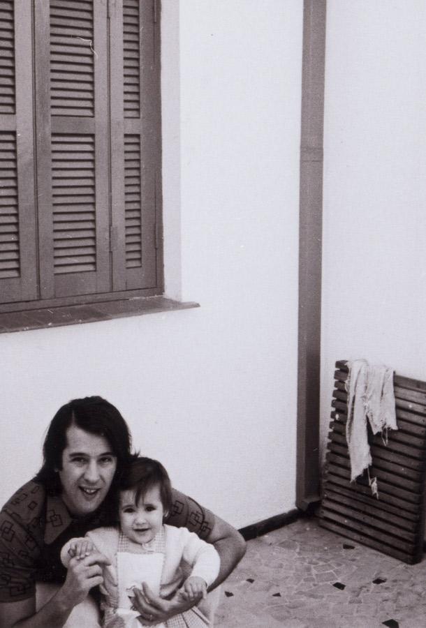 Retratos de família: aos 2 anos, com o pai; e, ao lado, com a mãe, na casa onde ela cresceu, em São Paulo