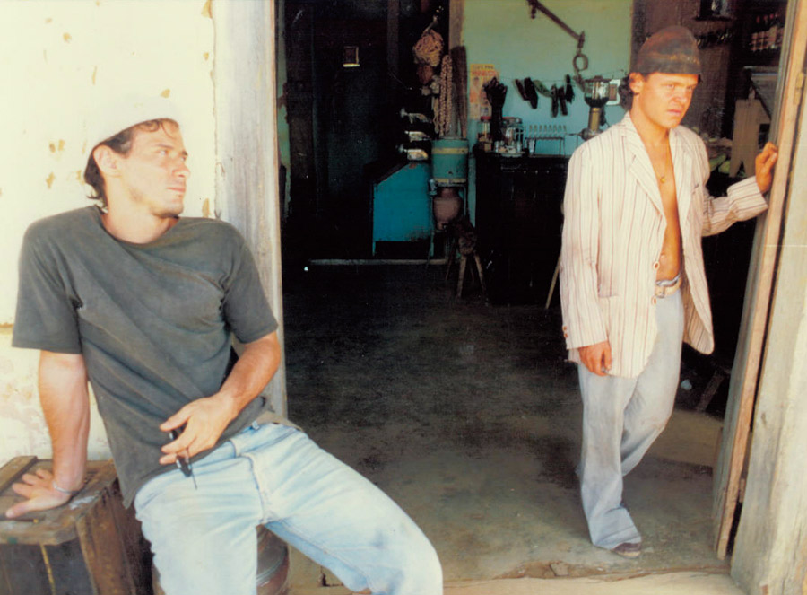 Em 1999, nas filmagens de Kenoma: o ex-namorado Matheus (à dir.) e o então futuro marido dela, Enrique