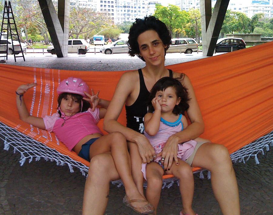 """""""Supermamãezinha"""", com Elena (à esq.), 6 anos, e Antonia, 3, neste ano"""