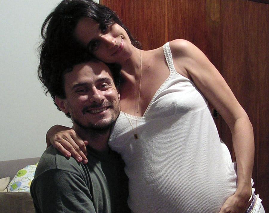 Ela, que nunca tinha pensado em casar, grávida da primeira filha, ao lado do marido, Enrique Díaz