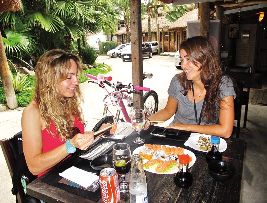 """13h: """"Almoço com a minha amiga Carola Montoro no rodízio japonês Nokyoski"""""""