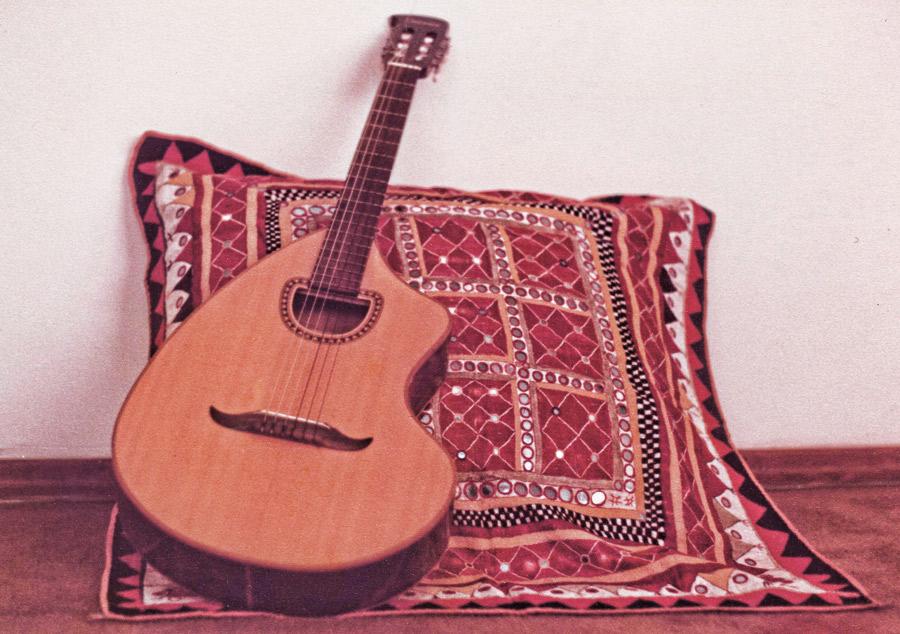 """O primeiro violão: """"Quando vi a vizinha chegando com um violão, pensei: 'Se ela pode, também posso!'"""""""