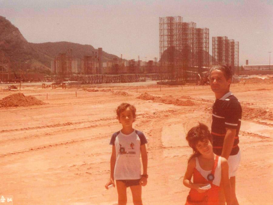 Ao lado do pai e do irmão, Roberta  visita o local em Jacarepaguá  onde aconteceria o primeiro e histórico  Rock in Rio, em 1985