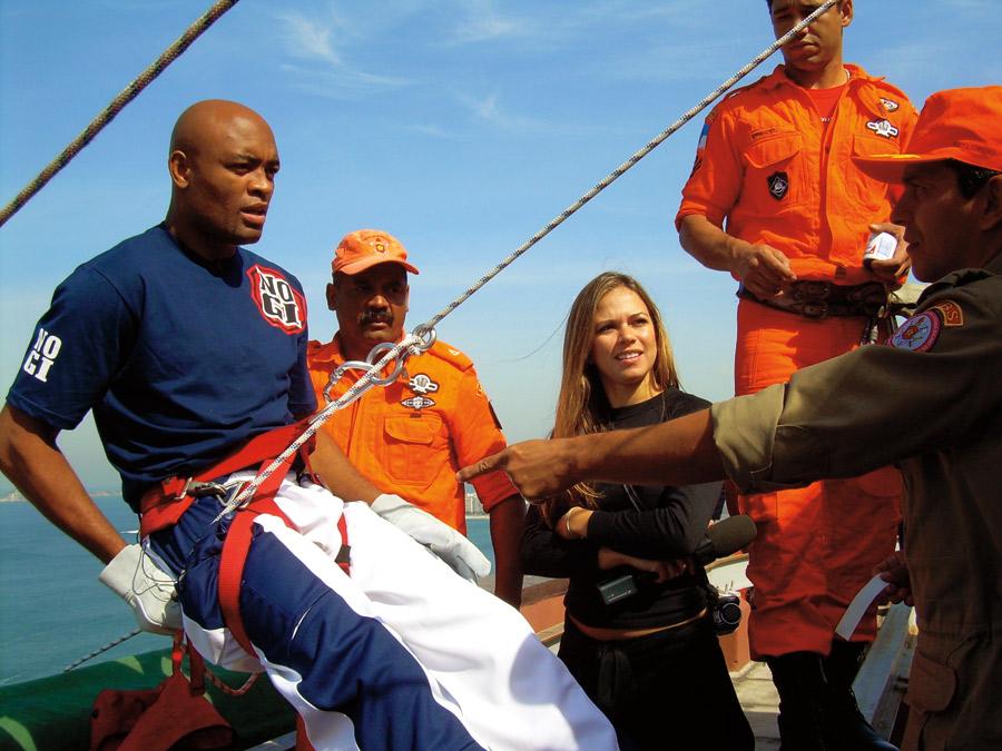 """No Rio de Janeiro, a repórter leva Anderson Silva para fazer rapel no topo do hotel Windsor, de 39 andares:  """"Ele ficou mais branco do que eu"""""""