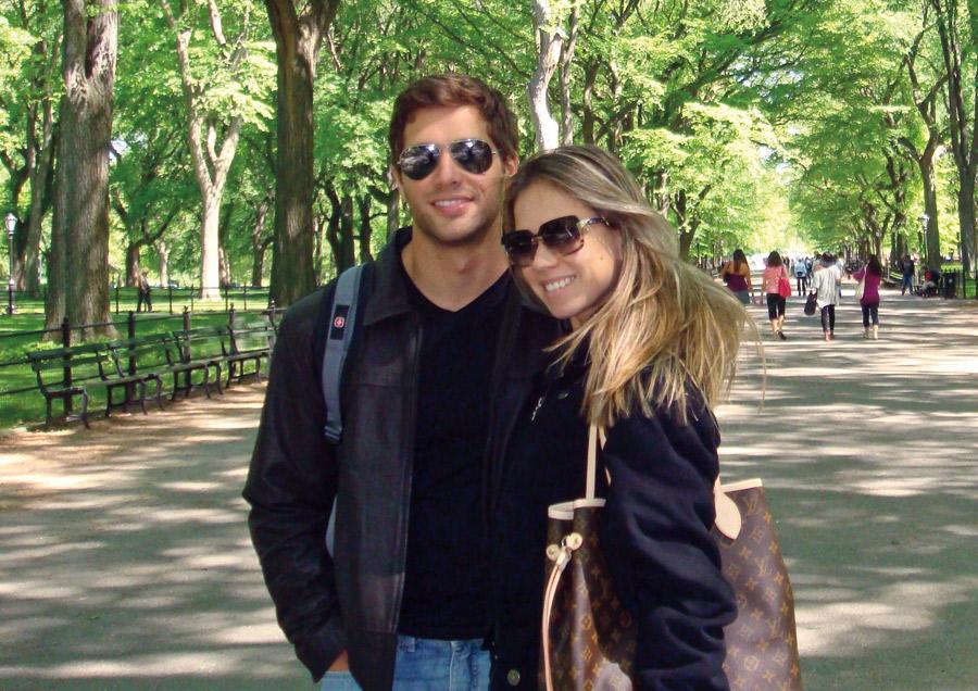 De férias com o marido, Saulo Sabbá, no Central Park, em Nova York, em 2010