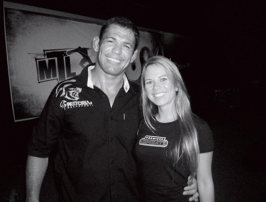 Rodrigo Minotauro e Paula  na época em que ela era repórter do canal Combate, em 2009