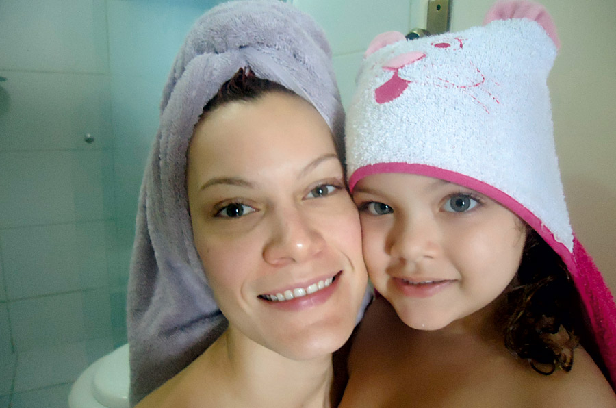 """13h: """"A hora do banho vira brincadeira pra minha filha, Celina, 3 anos. São momentos de cuidado de que gosto muito"""""""