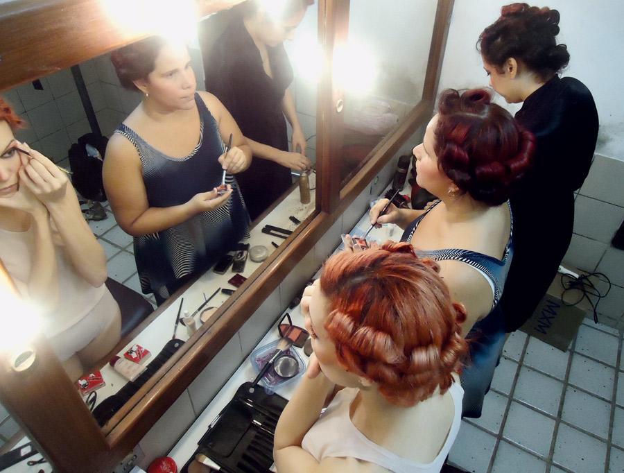 """17h: """"Não temos mais maquiador, cada uma se arruma. Gosto de produtos Kryolan. É um momento descontraído. As mulheres falam sem parar"""""""