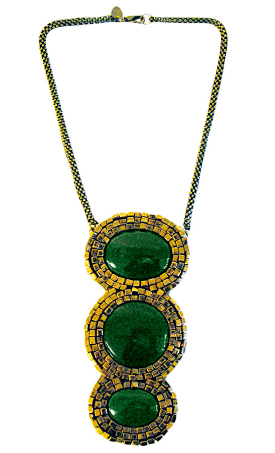 3. Colar bordado com pedras verdes R$ 600