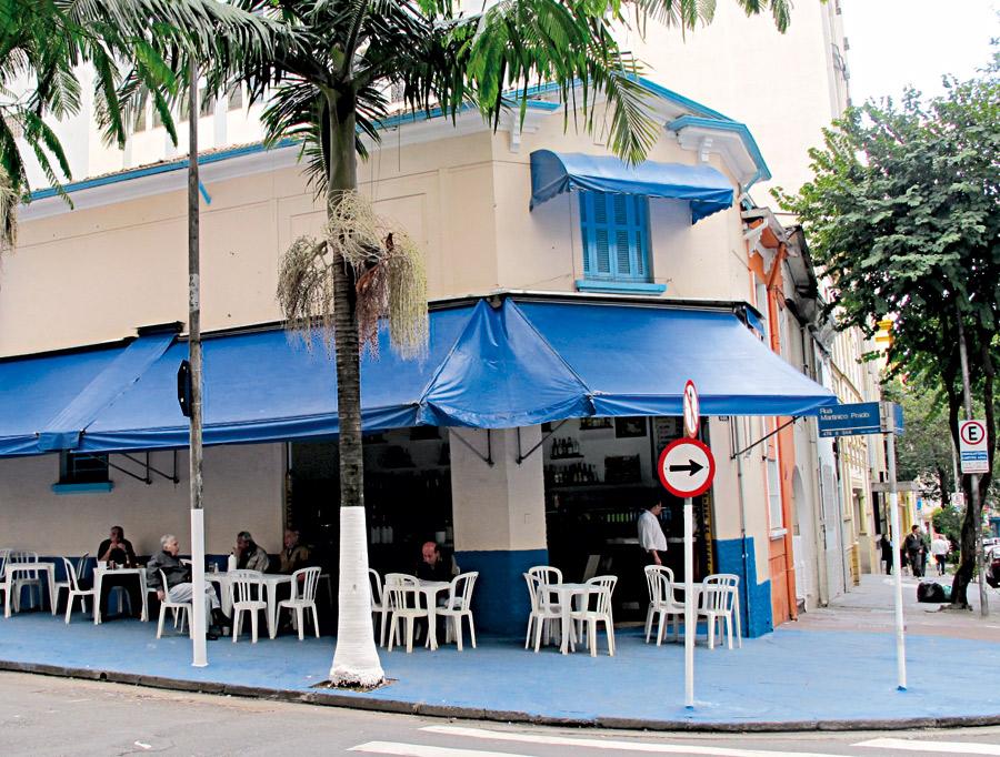 """PRAINHA l """"Faça chuva faça sol aqui sempre tem praia."""" A frase no cardápio define bem o meu QG no bairro, um boteco que é uma casa branca com janelas azuis. Tem até coqueiro plantado na calçada. Servem frutos do mar e caipirinha tradicional. l Vai lá: r. Martinico Prado, 344, Higienópolis, (11) 3666-1716"""