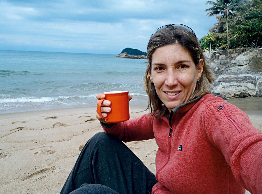 """Roberta Borsari l 38 anos, kayaksurfer l """"Gosto de me aquecer com líquidos quentes, como chá e café com leite. Sou friorenta, mas nunca deixo de surfar no inverno. Levo uma roupa seca, para quando sair do mar ficar na praia, e outra roupa de borracha de manga longa, caso queira cair na água de novo"""""""