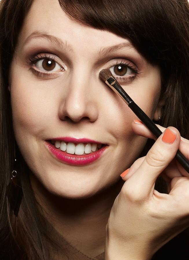 Para finalizar a maquiagem, passe o iluminador no canto interno do olho. Ele dá leveza e  mais brilho para a região.
