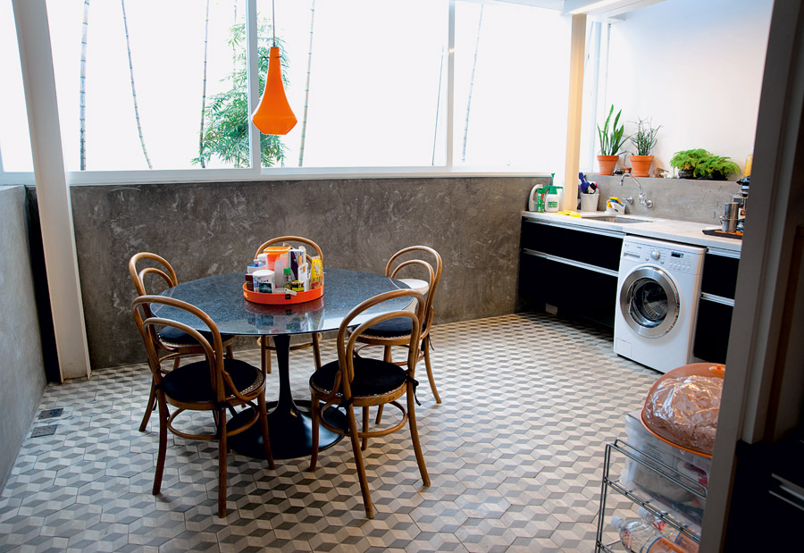Camuflado l A luminária laranja foi comprada no mercado de pulgas de Paris. A mesa Saarinen tem cadeiras Thonet da Thonart. A cozinha é também a lavanderia da casa: embaixo da pia fica a máquina de lavar e secar roupas