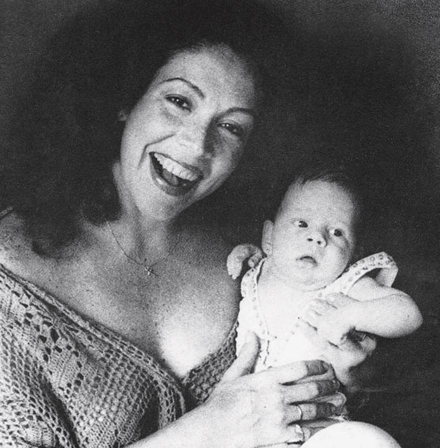 """Com a mãe, Ângela, no programa da peça que ela fazia na época: """"Foi a primeira vez que me colocou no palco"""""""