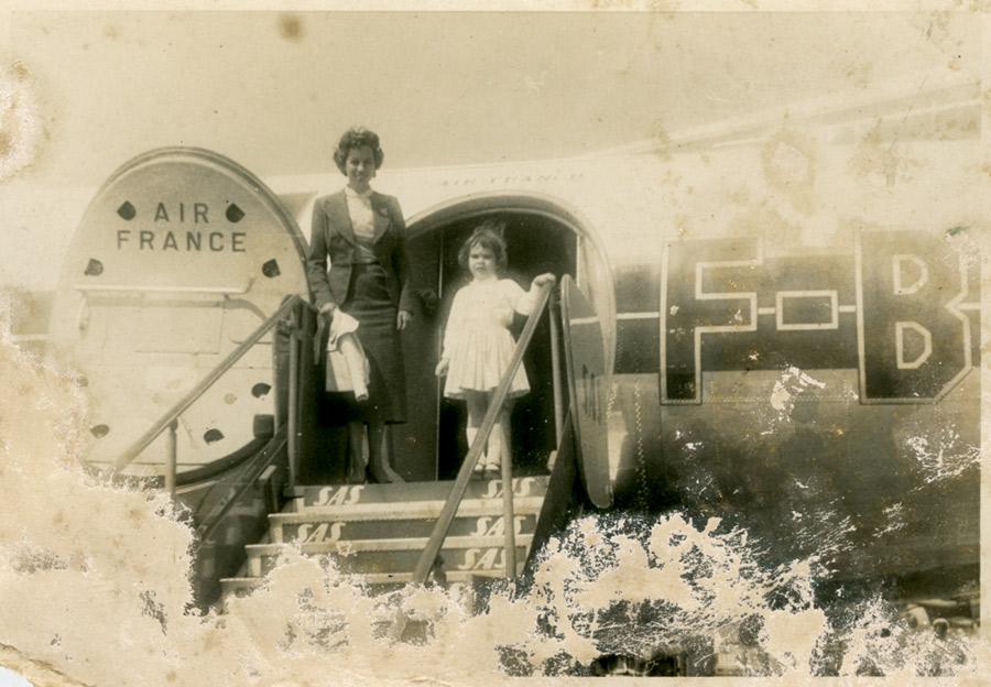 Aos 4, a caminho de Paris, com a mãe, na época em que os aviões paravam em Recife e Dakar, no Senegal, para abastecer
