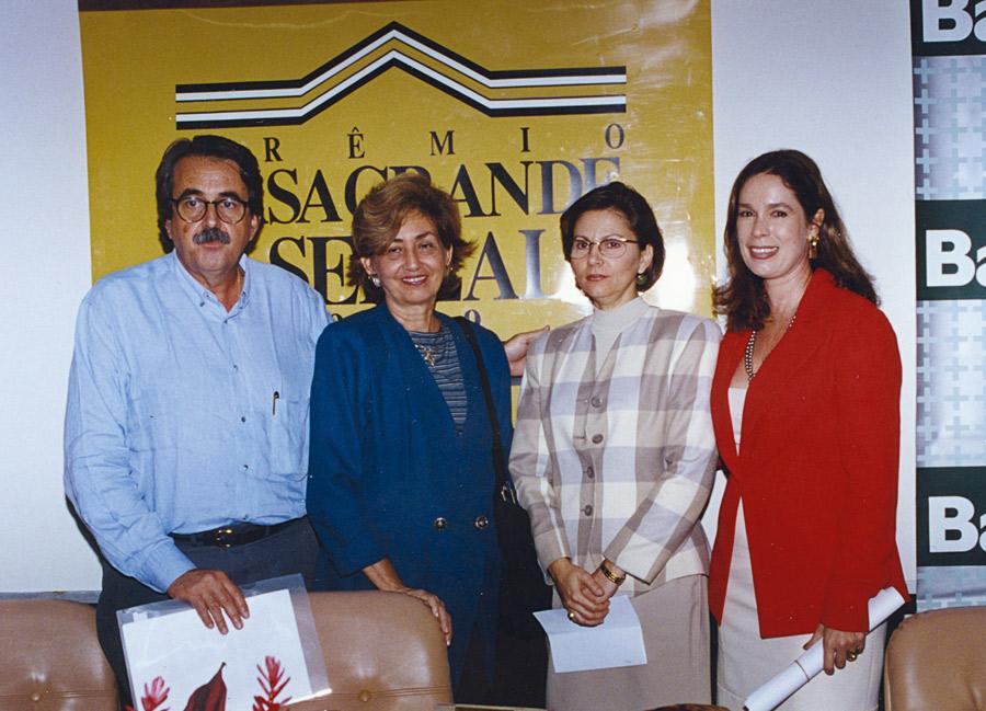 Recebendo o prêmio Casa Grande e Senzala, outorgado pela Fundação Joaquim Nabuco, ao lado de Fernando e Sônia Freyre, filhos de Gilberto Freyre