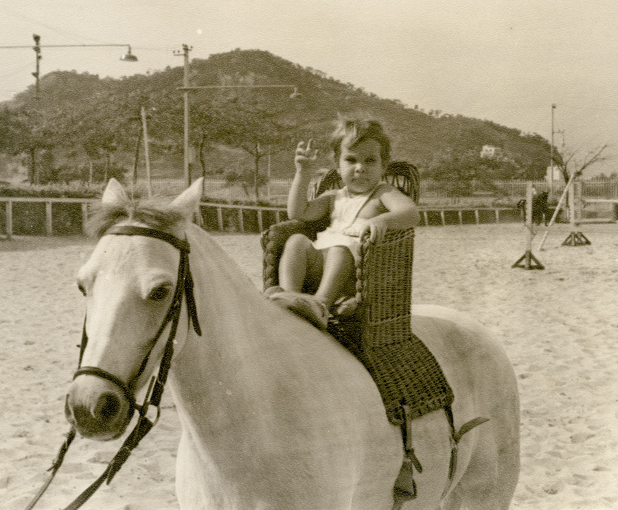 Ainda bebê, na Sociedade Hípica Brasileira (RJ). Seu pai era campeão de hipismo e logo quis acostumar a filha.Tanto que importou um cesto da Índia especialmente para crianças