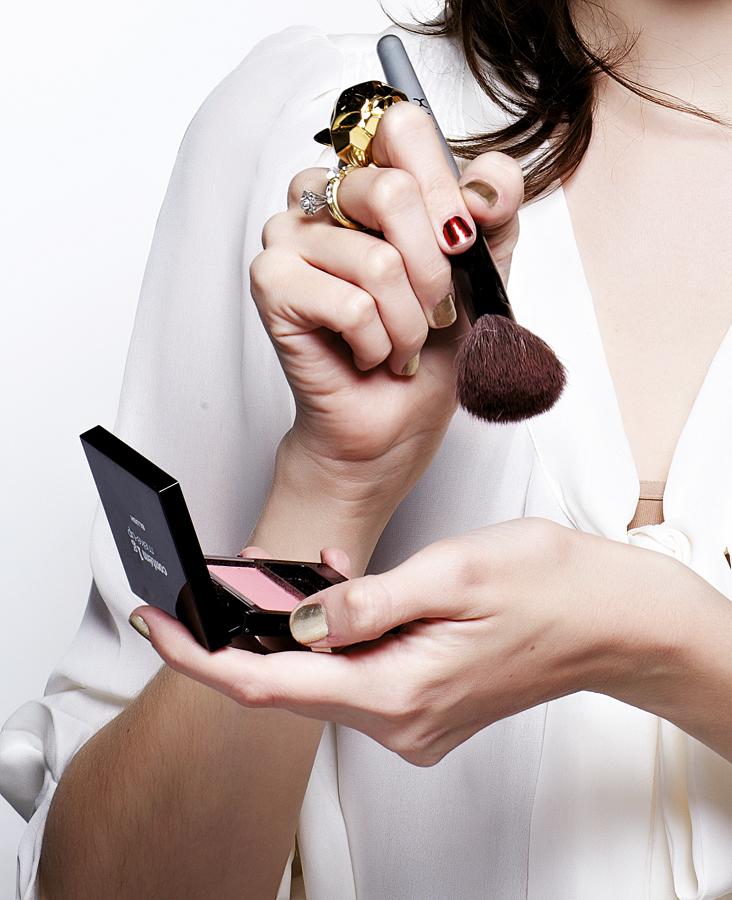 Tire o excesso do blush que fica no pincel, batendo no dorso da mão.
