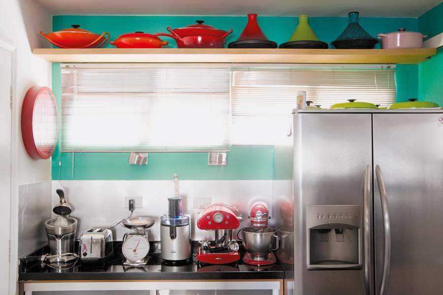 Utensílios mil l A bancada da cozinha é repleta de utensílios de todos os tipos. No alto, a coleção de panelas da Le Creuset faz companhia a algumas tagines (recipiente árabe de argila) compradas no Marrocos
