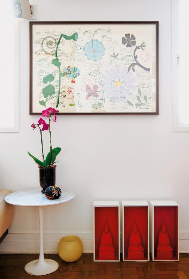 Om l O quadro é do artista carioca Ricardo Silva. A mesinha lateral, da Saarinen. E os três quadros de Buda são da Benedixt