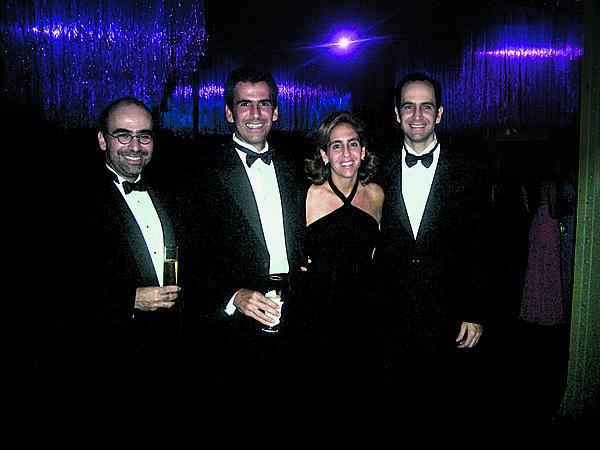 Black tie:  Lygia entre  os três irmãos, José Olympio, Marcos e Tomás, no aniversário  de 15 anos de uma sobrinha, em 2004
