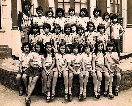 Estudante do Instituto Souza Leão, no Rio, 1974. Na fileira de baixo, ela é a quinta da esq.