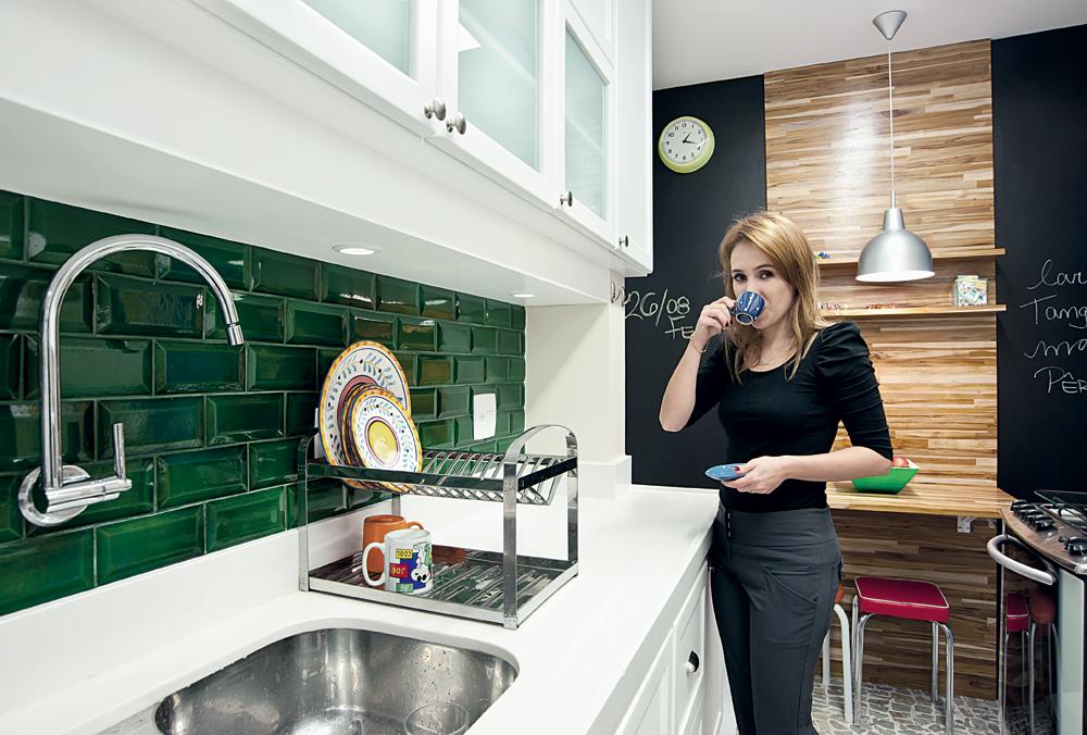 Cafezinho?:  A cozinha foi pensada para ter um clima de bistrô. A marcenaria foi feita a partir de referências de móveis mais românticos. A cerâmica verde em cima da pia foi feita manualmente